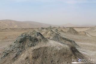 """Blatni vulkani poznati i kao """"sedimentni vulkani bliski su rođaci magmatskih vulkana ali umjesto lave izbacuju mulj, slanu vodu i metan. Iako su veličinom mali, mnogi otoci na azerskom djelu Kaspijskog mora nastala su usljed stoljetnih aktivnosti ovih vulkana."""