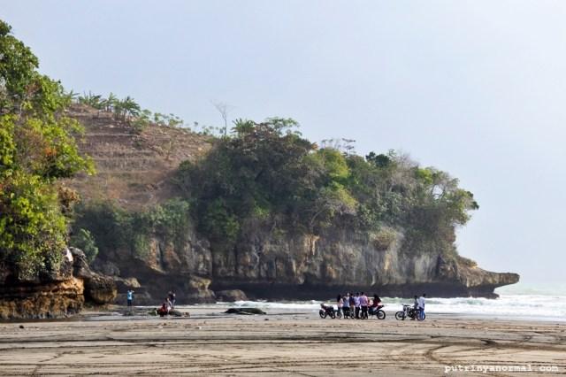 Menjelang sore Pantai Serang Blitar dipenuhi muda-mudi