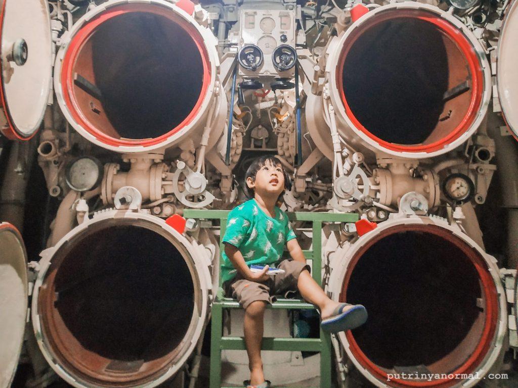Cerita Raka Menjelajah Monumen Kapal Selam di Surabaya