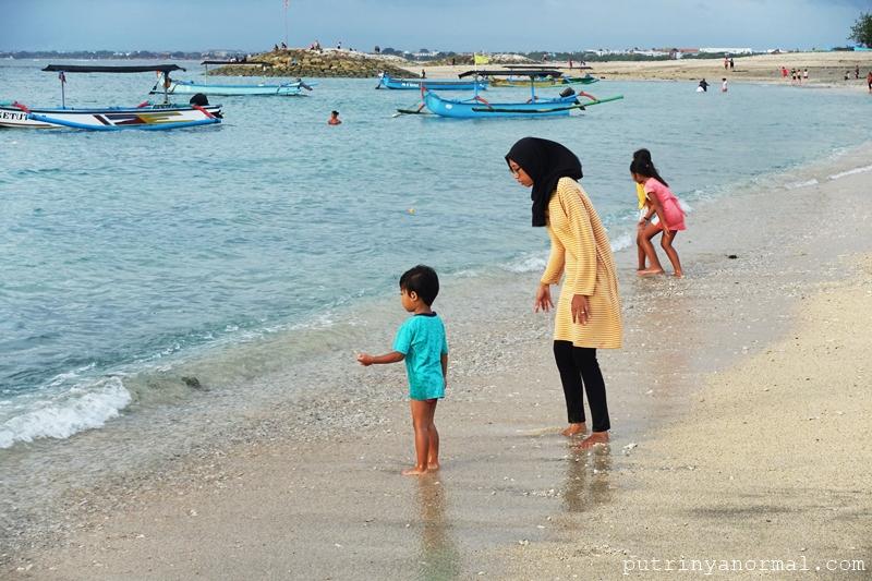 Rutinitas baru Raka setiap sore, main di pantai