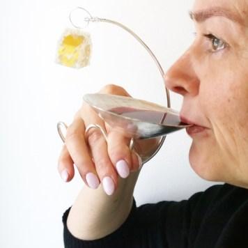 Monica Wickstrom, rokassprādze, gredzens un vīna glāze ''Vienatnei vai kopā būšanai''- sudrabs 925, zelta lapa, plastika