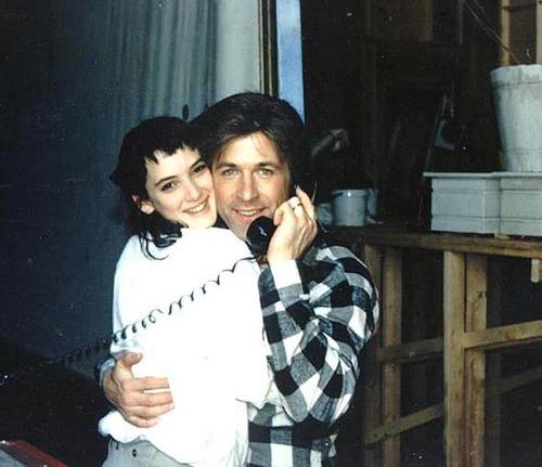 Winona Ryder e Alec-Baldwin no set de Beetlejuice