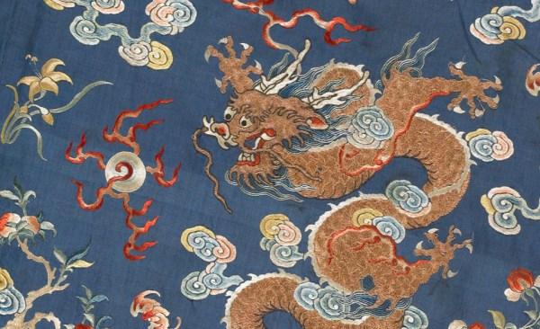 Dragão estampado em um tecido de uma roupa antiga