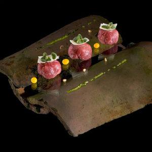 Bonbon van carpaccio met een aardappelsalade