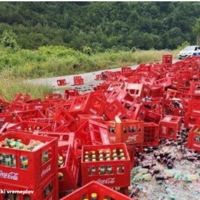 Mojkovac: Proklizao kamion pun koka kole