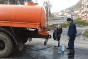Voda za piće iz cisterne Vodovoda, za mještane Balibegovog brda stacionirana kod Nedžadove prodavnice