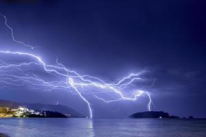U Crnoj Gori se očekuju jaki pljuskovi, grmljavina i olujni vjetar