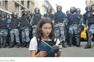 """Ruska """"Tjenanmen tinejdžerka"""" protestovala ispred policijskog kordona"""