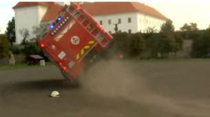 Vatrogasci djeci priredili simulaciju gašenja požara pa se prevrnuli