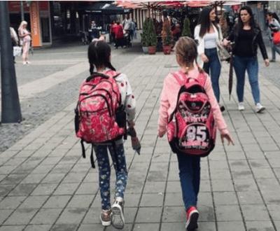OVA SLIKA JE ODUŠEVILA REGION: Ćerke sveštenika i imama zajedno idu u školu