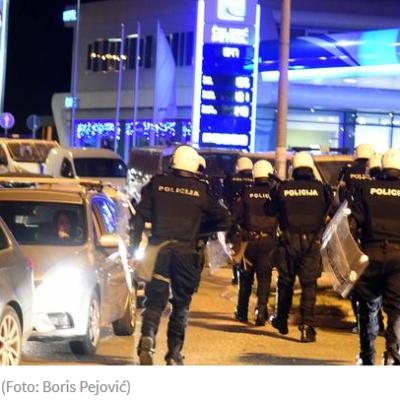 Do 21:30 časova, policija je privela 19 osoba, nakon čega su uslijedile aktivnosti osnovnih državnih tužilaštava i sudova za prekršaje