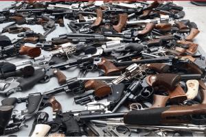 POLICIJA ZAPLIJENILA PIŠTOLJE, PUŠKE, NOŽEVE, MAČETE –  Prošle godine oduzeto 932 komada oružja
