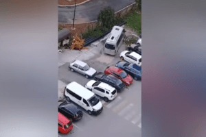 Viralan video: Golf izgurao drugo vozilo s parkinga na Otoci jer mu je blokiralo prolaz