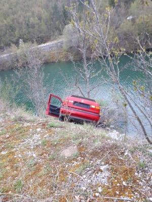 Saobraćajna nezgoda: Stablo spriječilo slijetanje vozila u Otilovićko jezero