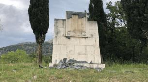 Policija otkrila ko je uništio mermernu ploču: Luka Vojvodić čekićem po simbolima borbe za slobodu