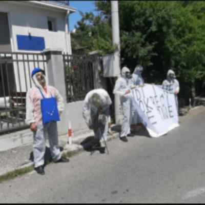 Obraćanje ekološkog aktiviste Milorada Mitrovića ispred zgrade Evropske komisije u Crnoj Gori