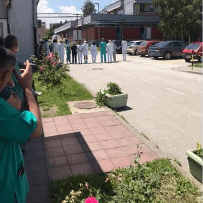 (VIDEO) IZ NOVOG PAZARA: Ljekari okrenuli leđa Brnabić i Lončaru,  povici i zvižduci nezadovoljnih građana
