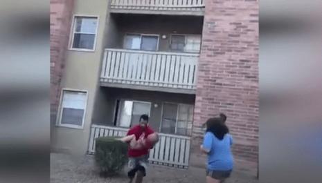 Uhvatio dijete kad ga je majka bacila sa terase kako bi ga spasila od požara