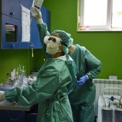 Medicinarima koji rade sa Kovid pacijentima septembarska plata veća 30 odsto