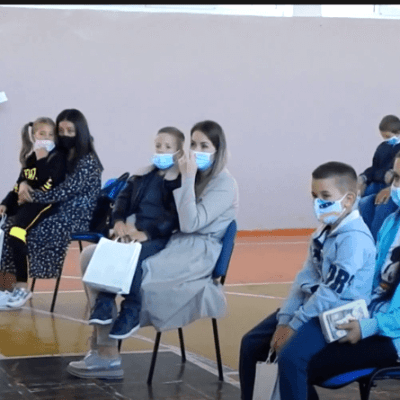"""Prva generacija prvaka sa zaštitnim maskama krenula u O.Š.""""Boško Buha"""" i područnu školu u Kominima"""