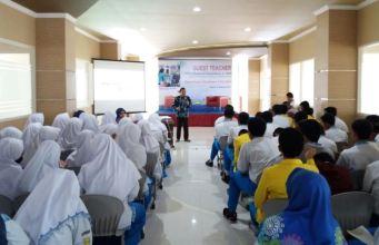 Suasana Guest Teacher yang diadakan SMAM 10 GKB untuk mengembangkan Tecnopreneur. (Foto: Humas)