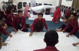 Mahasiswa UMM peserta P2KK sedang praktek mengkafani jenazah. (Foto: Uzlifah)