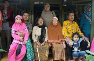 Almarhum Faqih (baju kuning) foto bersama keluarga.