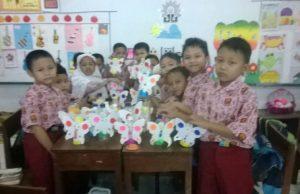 Siswa-siswi MI Muhammadiyah 25 Surabaya menunjukan karya kreatif, yakni Celengan dari limbah botol plastik. (Foto: Humas Sekolah)