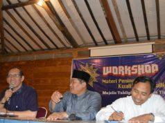 Nur Cholis Huda (kiri), Sholihin Fanani dan Afifun Nidlom saat pembukaan Workshop Majelis Tabligh PWM Jatim. (Foto Dok Pribadi)