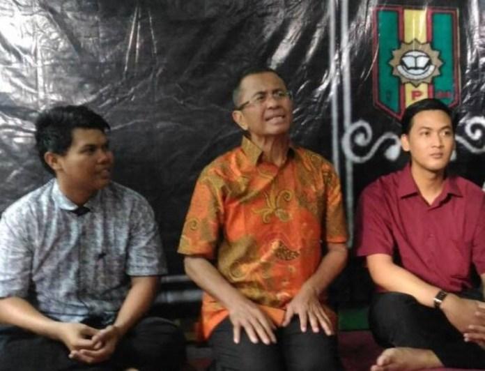 Dari kiri Ketua PC IPM Semampir Samsul, Dahlan Iskan dan  Dandy.