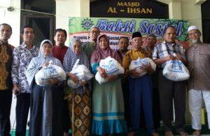 Santunan yang diberikan MPS PDM Kota Malang kepada para dhuafa dan lansia
