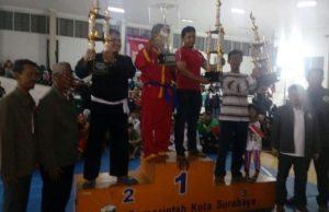Atlel Tapak Suci membopong Piala Walikota Surabaya.