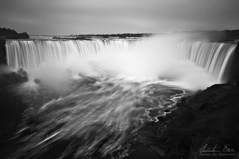 Niagara Falls at the border of Ontario ( Canada ) and New York ( USA )