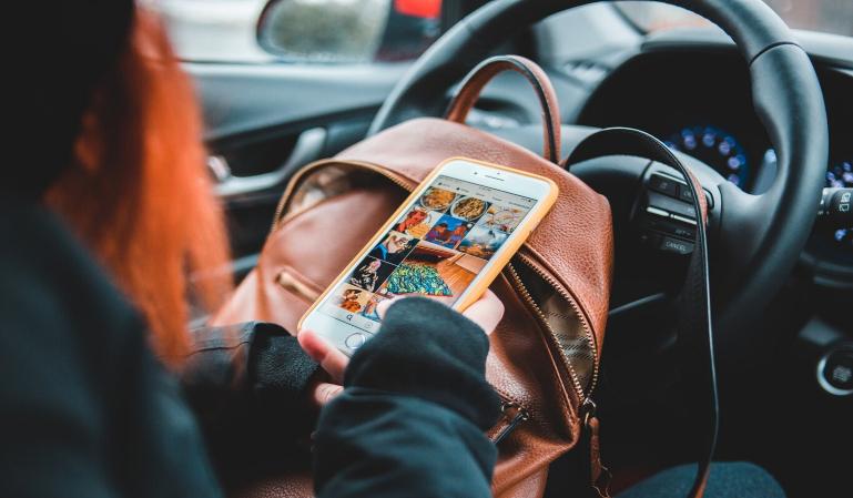 ¿Cuándo y por qué te pueden multar por usar el móvil conduciendo?