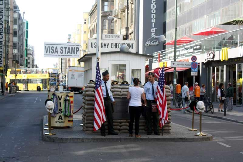 Nichts ist mehr echt: geklonte Vergangenheit am Checkpoint Charlie