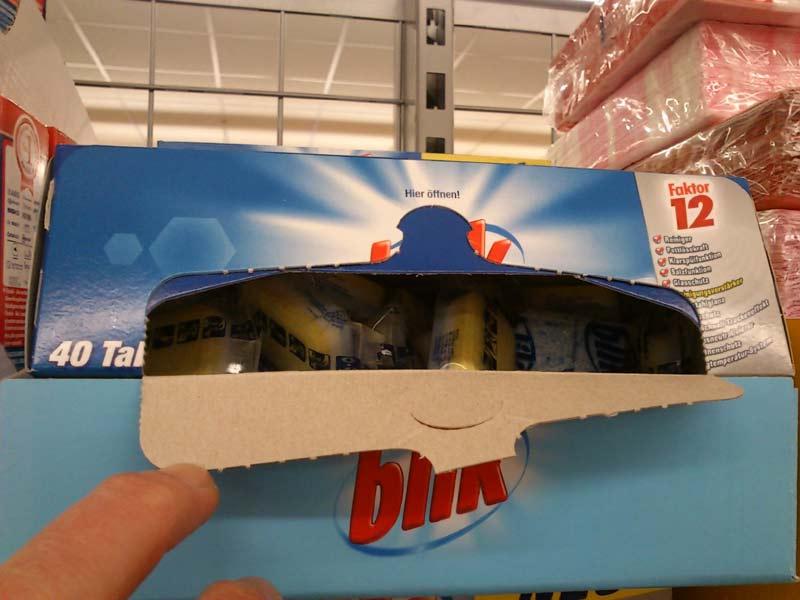 Angebrochene Packung mit Spültabs im Supermarktregal