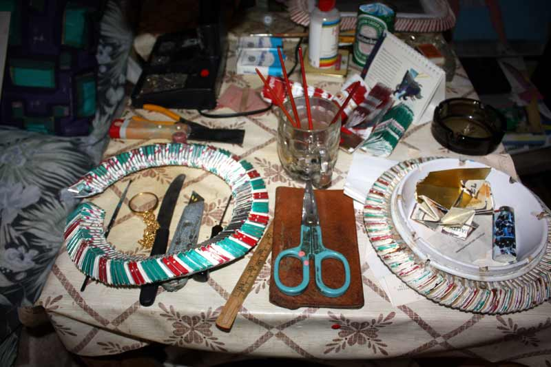 Geiris Arbeitstisch mit aus Zigarettenschachteln gefertigten runden Rahmen