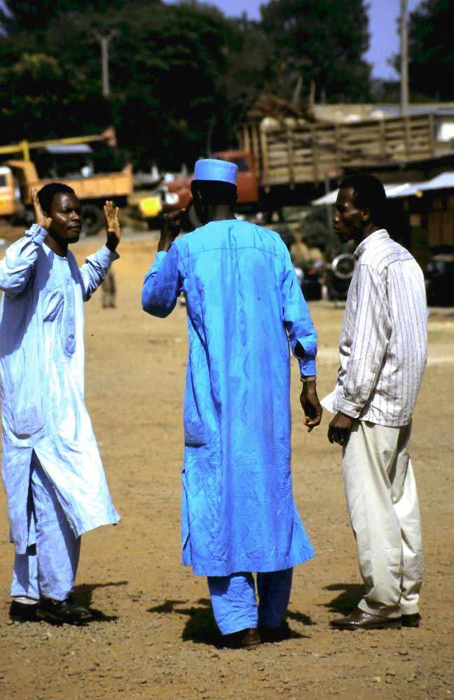 Gespräch unter Männern am Bahnhof von Ngaoundéré.