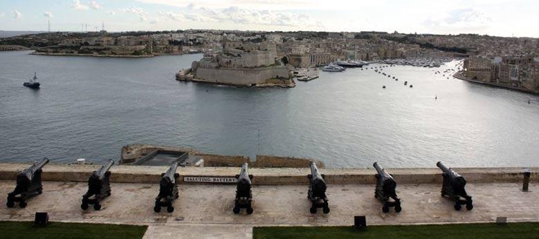 Valetta: Die Saluting Battery gegenüber den Three Cities