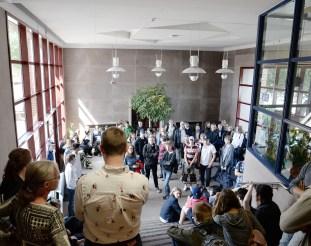 Samlingen vid huvudentrén, Malmö Borgarskola