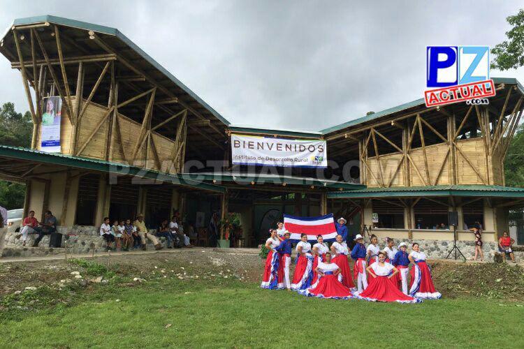 Escuela autosostenible y salón ecocultural hechos con bambú fueron entregados en la Península de Osa.