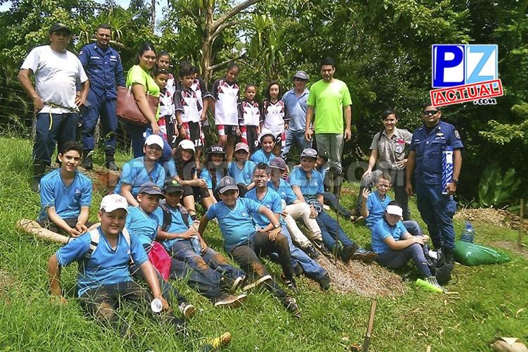 Niños reforestan Quepos al lado del Guardacostas y otras instituciones.