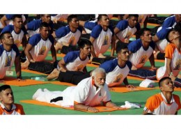 Last year in Dehradun, Modi performed yoga with how many fitness enthusiasts?