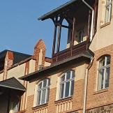 Zusammenspiel Fenster - Felsgestein - Oranamente - Laubengang - Holzbalkone