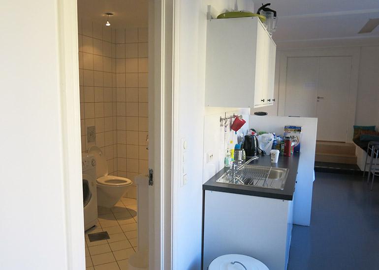 Toalett og Tekjøkken ved lounge