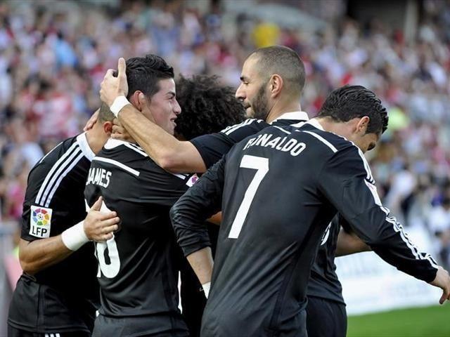 Compañeros celebran con James, su gol contra el Granada