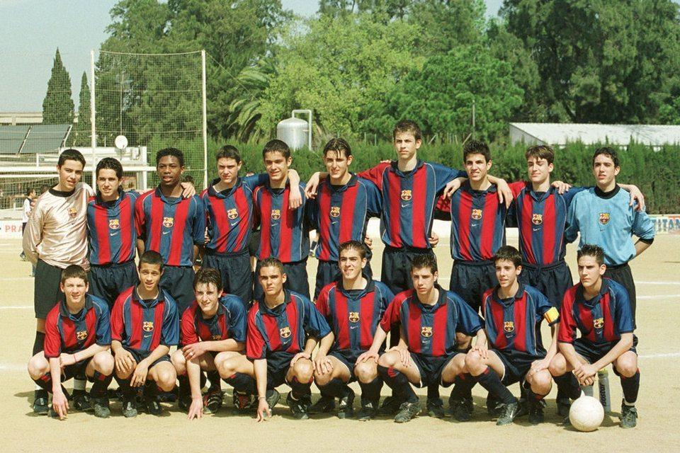 """Cadetes B, FC Barcelona """"La Quinta del 87"""" - Cesc y Piqué 3ro y 4to de derecha a izquierda fila de arriba.  Messi primero a la izquierda fila de abajo"""