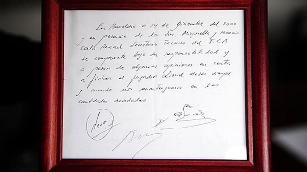La servilleta con la cual Rexach firma a Messi. Hoy enmarcada y exhibida en el Museu del FC Barcelona