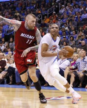 Russell Westbrook, escolta del Thunder de Oklahoma City, avanza hacia la cesta, marcado por Chris Andersen, del Heat de Miami, en el encuentro del domingo 22 de marzo de 2015 (AP Foto/Alonzo Adams)