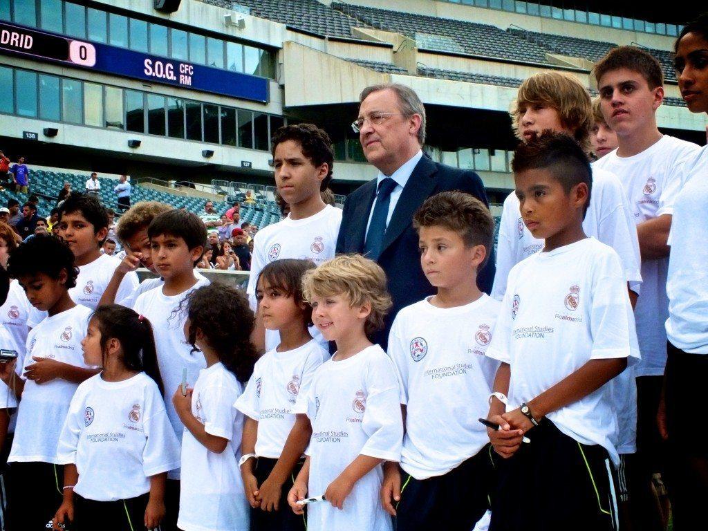 El Presidente del RMFC, Florentino Perez, posa junto a varios jugadores de la Academia Real Madrid en  Filadelfia